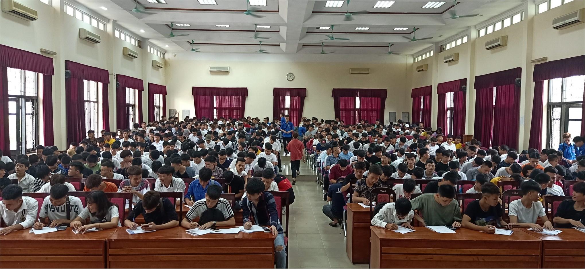 Sinh viên K21 Trung tâm Việt - Nhật tham gia tuần sinh hoạt chính trị đầu khóa