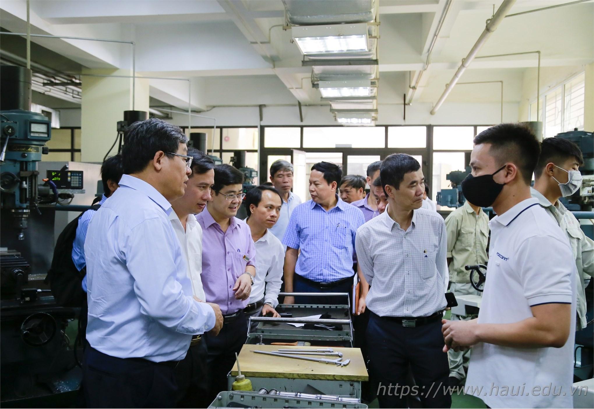 Trung tâm Việt Nhật tiếp đón đoàn Trường Đại học Vinh tham quan xưởng thực hành