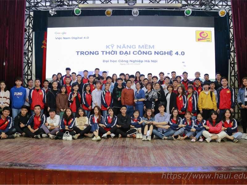 24 cán bộ lớp hệ cao đẳng K21 của Trung tâm Việt Nhật tham gia khóa học tập huấn kỹ năng mềm trong thời đại công nghệ 4.0