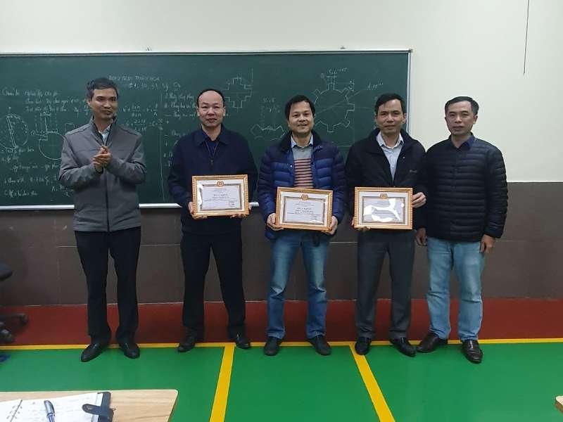 Chi bộ trung tâm Việt Nhật tổ chức khen thưởng tập thể và cá nhân hoàn thành xuất sắc nhiệm vụ năm 2020 và sinh hoạt định kỳ tháng 1